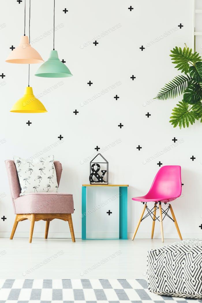 Buntes Mädchenzimmer mit Stuhl