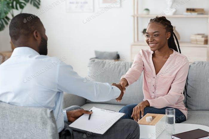 Schön, Sie kennenzulernen. Männliche Therapeutin Gruß schwarze Frau bei Beratungsgespräch