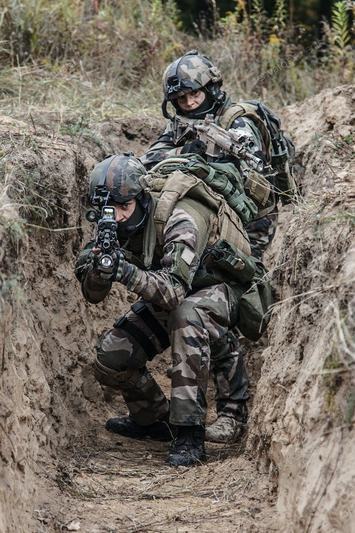 french paratroopers in action