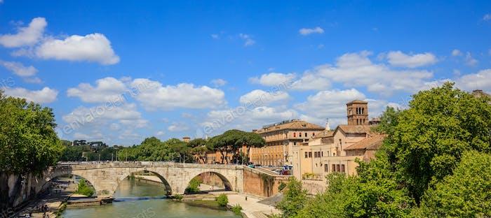 Puente sobre el río Tíber - Roma, Italia