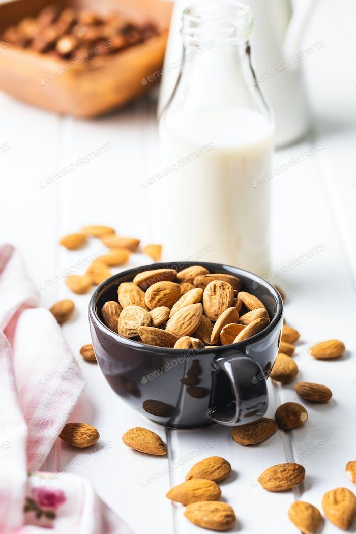 Mandeln Nüsse und Mandelmilch.