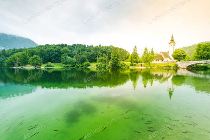 Kristallklares Wasser und Kirche von Sv. Johannes der Täufer durch die B