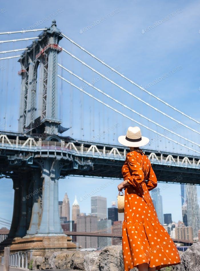 Hermosa mujer en el puente de Manhattan