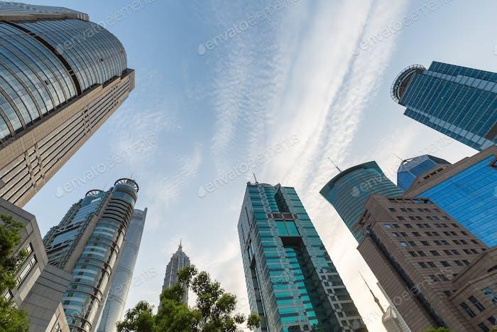 Aufwärtsansicht des modernen Gebäudes in Shanghai Finanzzentrum