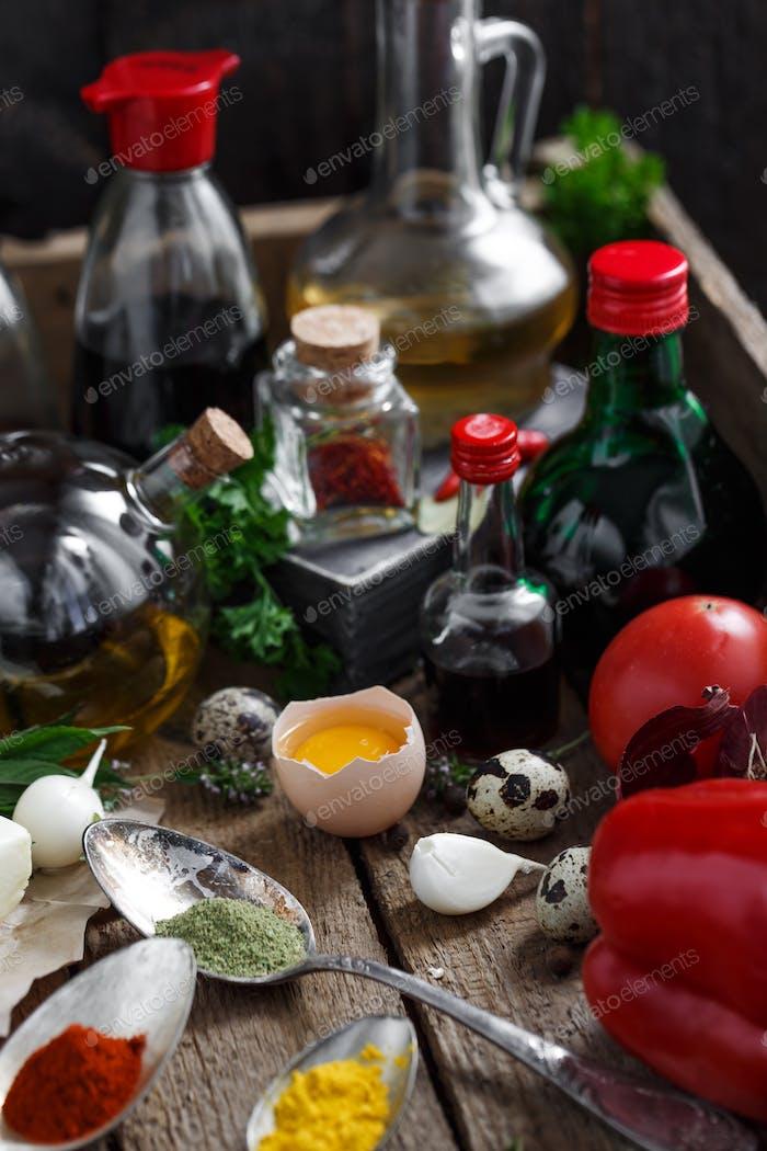 Große Saucen und Gewürze, mit Gemüse