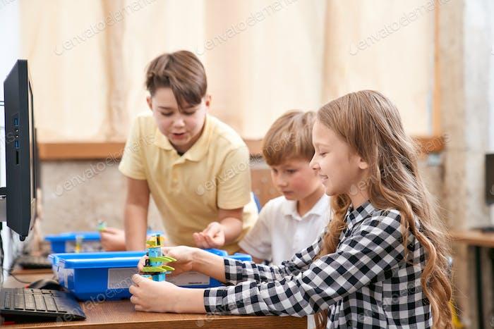 Kinder mit Bausatz