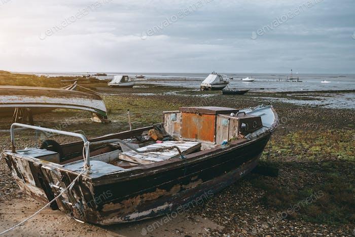 Ein altes Fischerboot mit einer Kabine