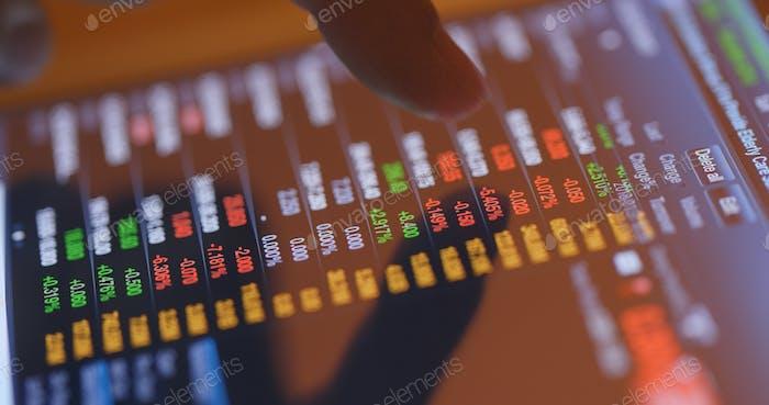 Toque dedo sobre los datos del mercado de valores