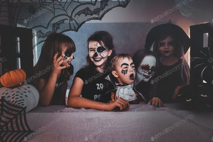 Kinder in gruseligen Halloween-Kostümen