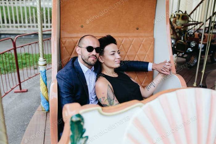 erwachsener Mann und Frau auf einem Karussell