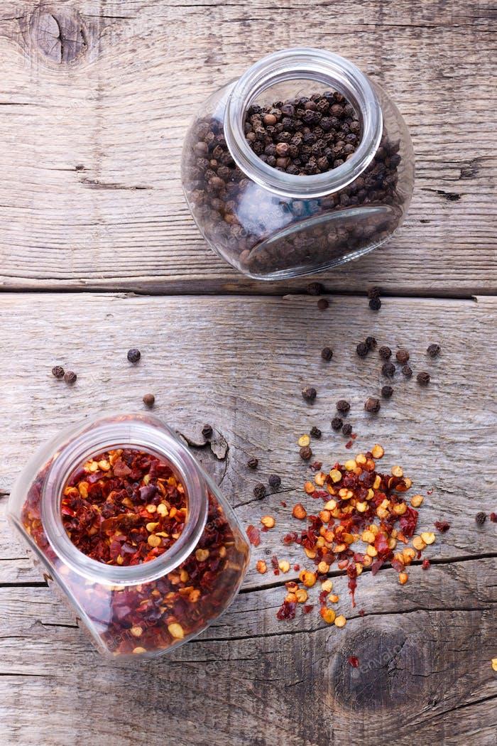 Chili-Flocken und schwarzer Pfeffer