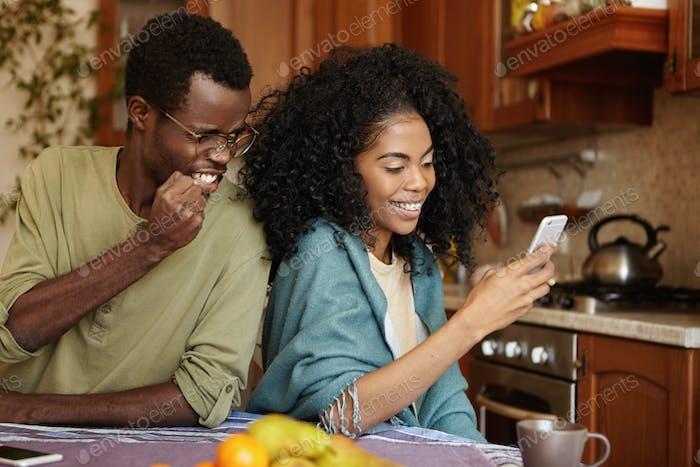 Furioso y celoso hombre afroamericano apretando el puño en la ira y la furia mientras la captura de su trampa