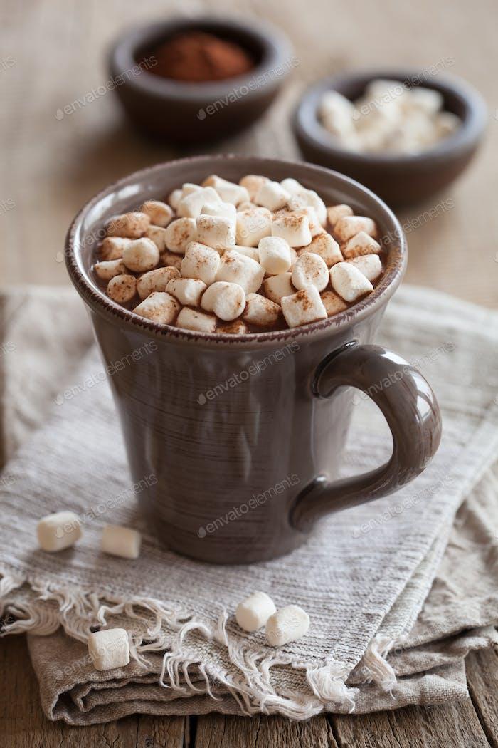 heiße Schokolade mit Mini-Marshmallows wärmenden Getränk