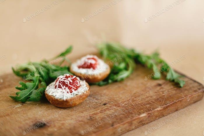 Canapé con gorgonzola parmezan y fresa y rúcula