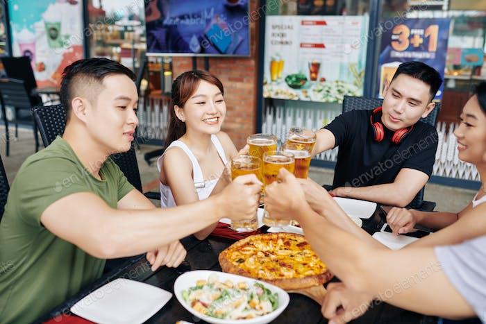 Glückliche Freunde trinken Bier
