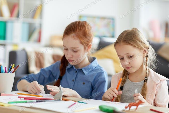 zwei Mädchen Zeichnung zu Hause