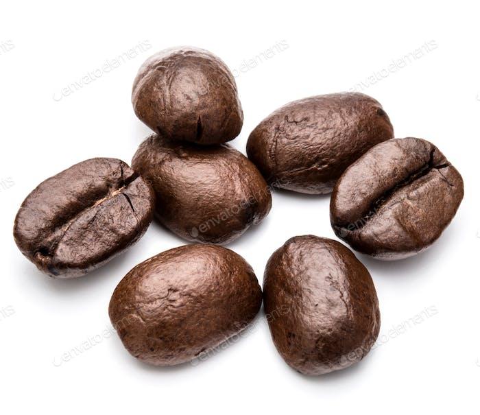granos de café tostados aislados en fondo blanco recorte