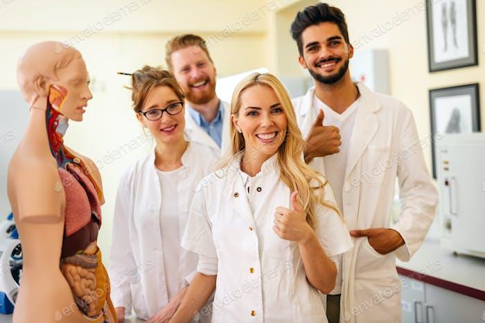 Student der Medizin Prüfung Modell des menschlichen Körpers