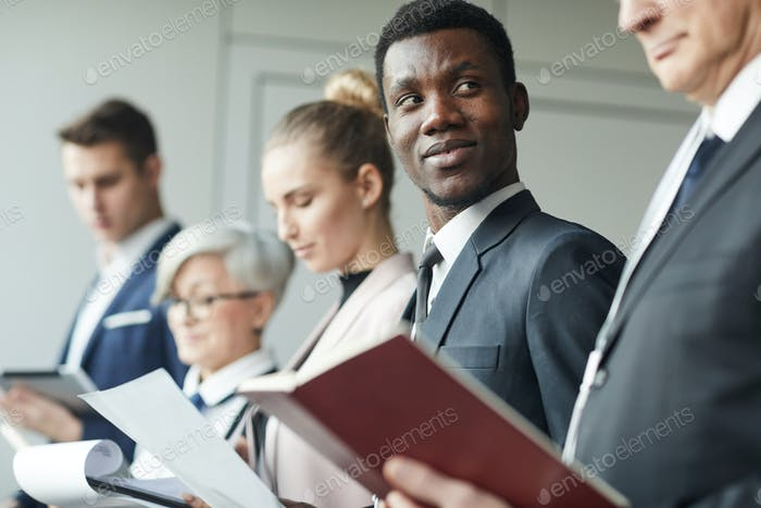 Personas de negocios con informes