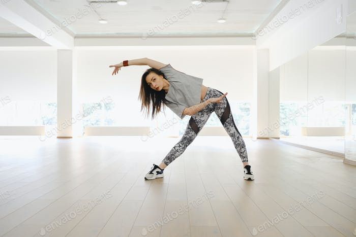 Sportliches junges Mädchen, Sport und Tanz allein in einer Studi