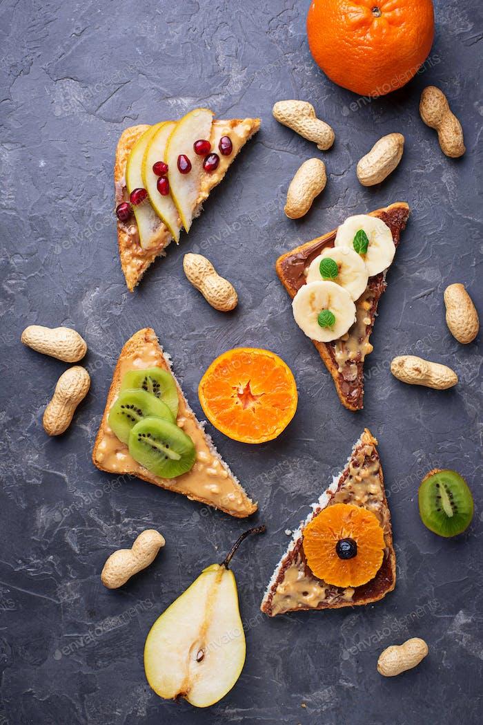 Gesunde Sandwiches mit Erdnussbutter und Früchten