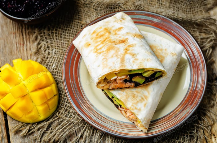 Salmón aguacate mango burritos de arroz negro