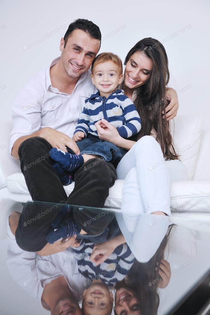 glückliche junge Familie haben Spaß zu Hause