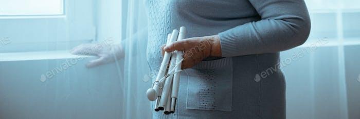 Frau mit Parkinsons Haltestock
