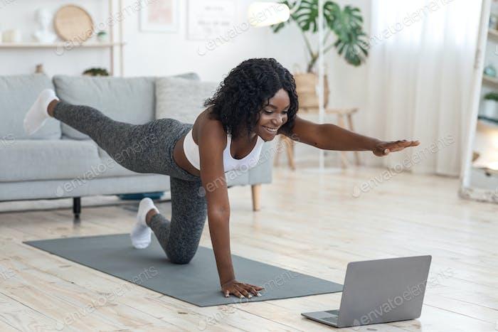 Attraktive schwarze Frau machen Morgengymnastik zu Hause