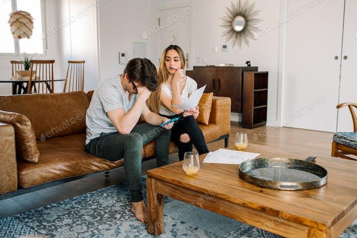 Paar mit finanziellen Problemen zu Hause