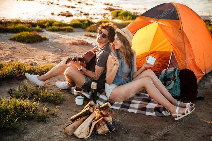 Glückliche junge fröhliche paar in der Liebe mit Spaß camping