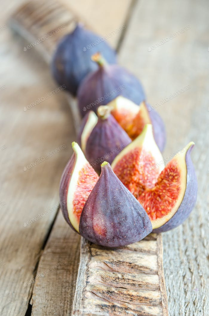 Ripe figs : cross section and whole fruits