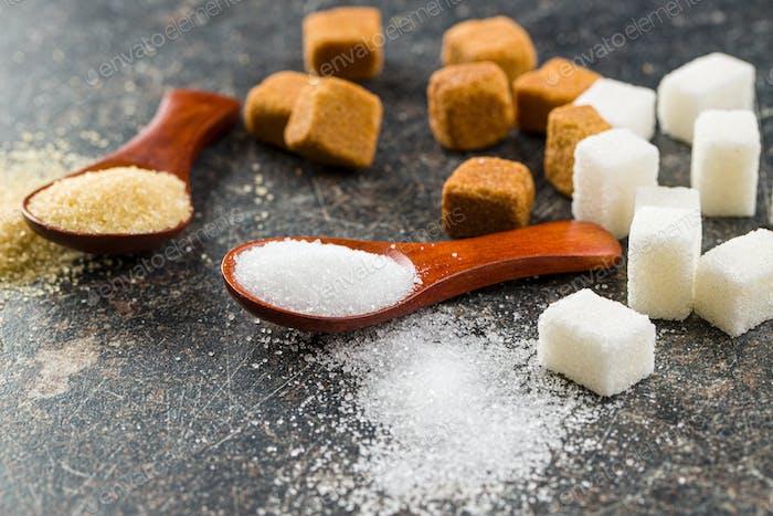 Weißer und brauner Zucker.