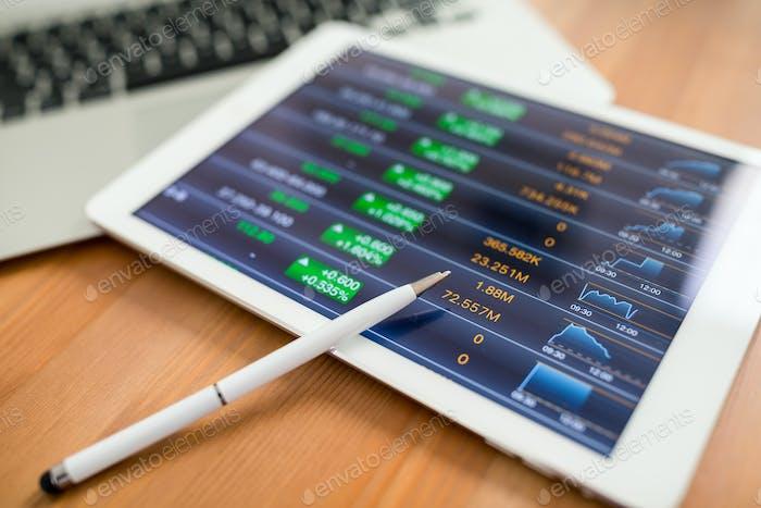 Análisis del mercado de valores con tableta digital