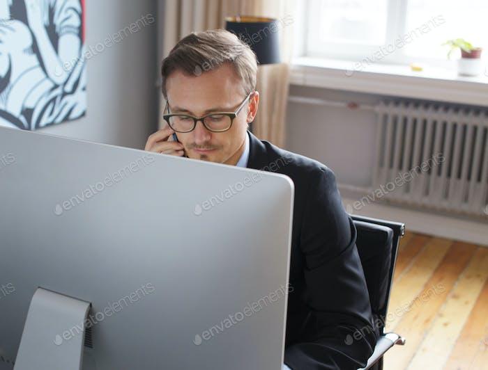 Un  joven hombre de negocios en la oficina.