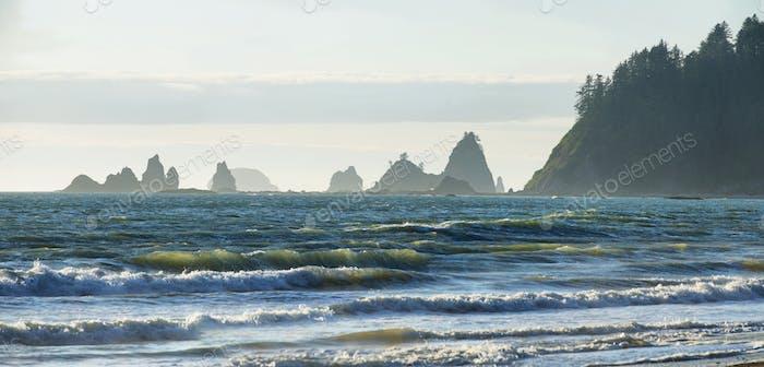 Blick auf die Felsen im Meer vom Rialto Strand