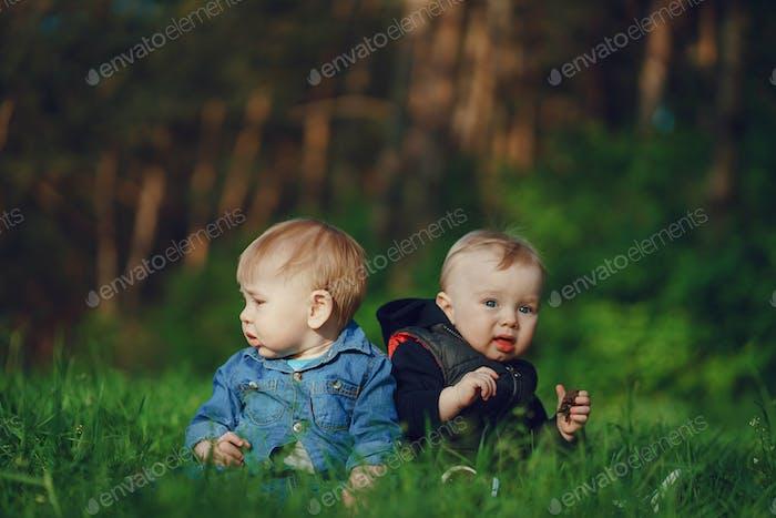 Kinder im Gras
