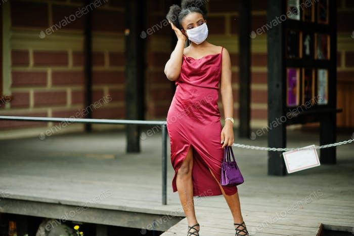Африканская женщина носит медицинские одноразовые маски