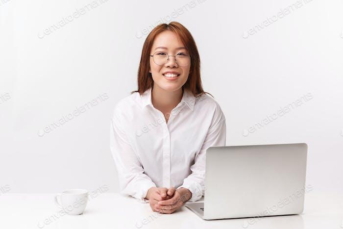 Karriere, Arbeit und Unternehmerinnen Konzept. Nahaufnahme Porträt der fröhlichen jungen Geschäftsfrau