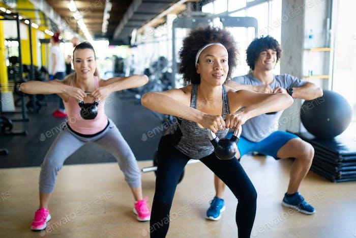 Gruppe von gesunden fit Menschen Training im Fitnessstudio