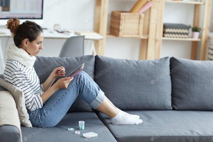 Kranke Frau, die medizinische Websites durchsuchen