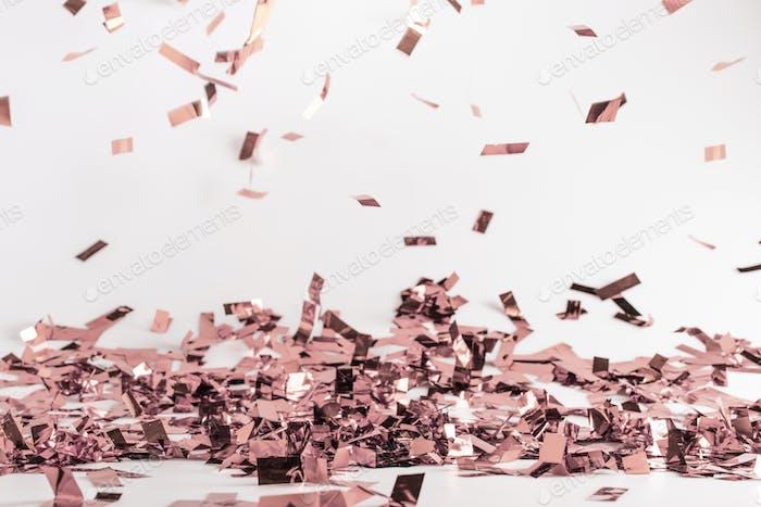 Gedämpfter rosa fallender Konfetti-Hintergrund