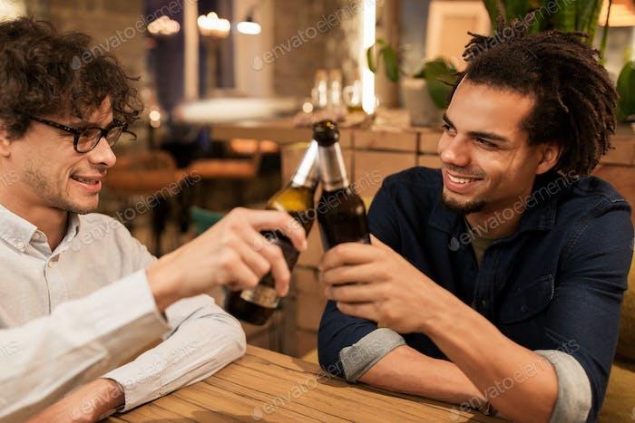 glückliche männliche Freunde trinken Bier in Bar oder Pub