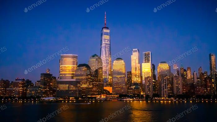 New York City Skyline mit Wolkenkratzern beleuchtet in der Abenddämmerung