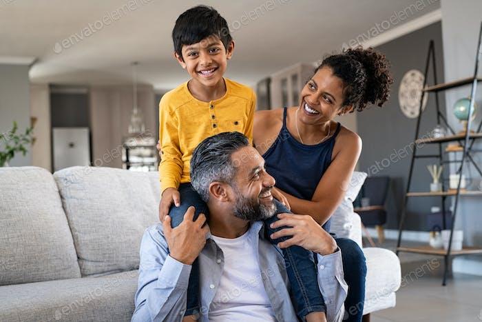 Glückliche ethnische Familie spielen zusammen zu Hause
