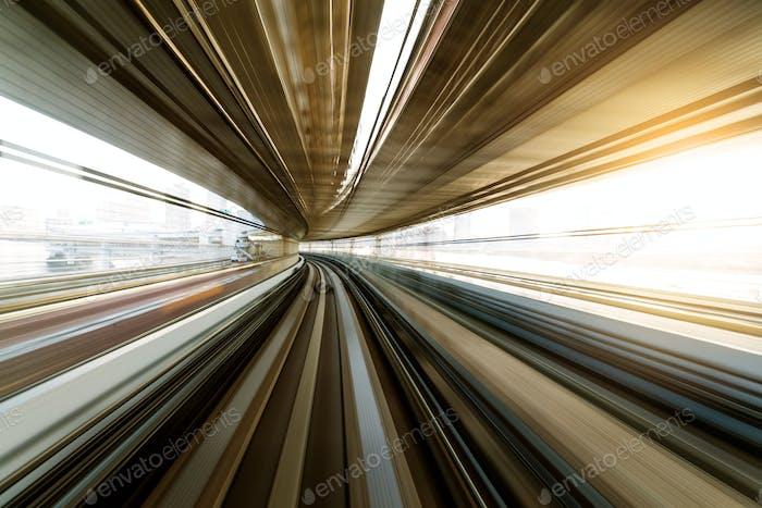 Einschienenbahn durch den Tunnel