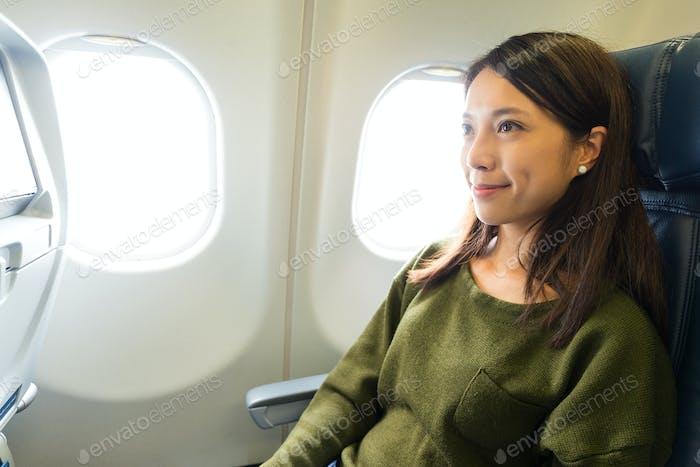 Frau sitzt auf Flugzeugen