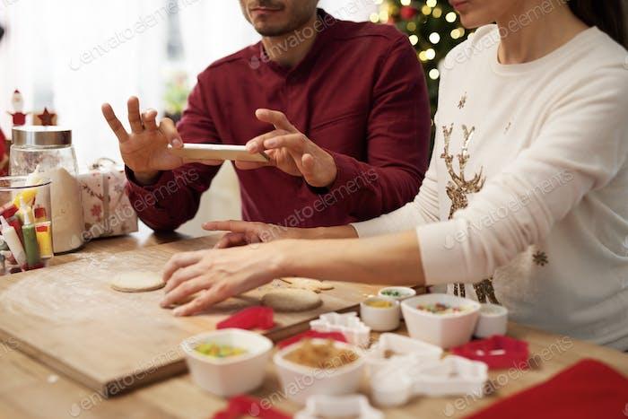 Mann fotografiert Weihnachten Kekse in der Küche