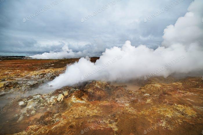 Géiseres humeantes en un hermoso Horizontal de Islandia.