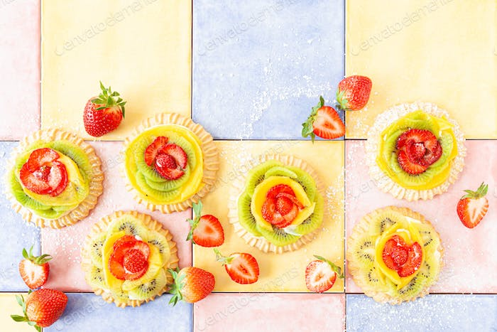 Short crust pies with fresh fruits